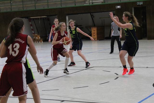 U17w - Martje Helbing (mit Ball) nimmt maß