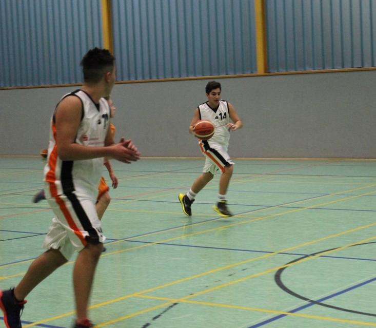 Florian Hagjoviq (Nr. 14) im vollen Tempo zum gegnerischen Korb