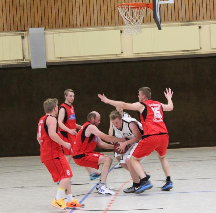 Jan Alms (Nr. 11) setzt sich kraftvoll durch und sichert den Ball