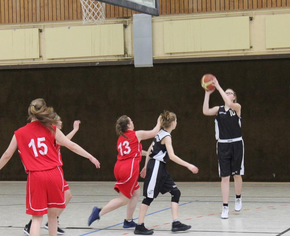 25.02.2017 / Spielbericht wU15 / Marie Cassier (Nr. 10) erzielte ihre ersten Punkte für den TuS