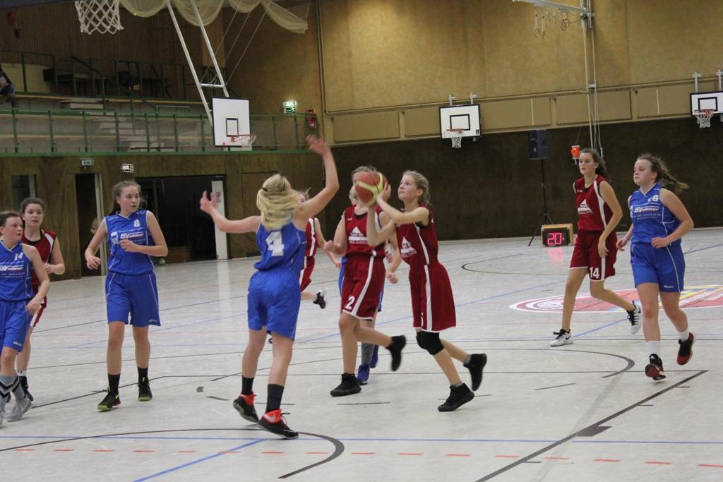 26.02.2017 / Spielbericht wU17 / Aenne Knobling (am Ball) traf in der Schlusssekunde zum entscheidenden 51:50 Sieg