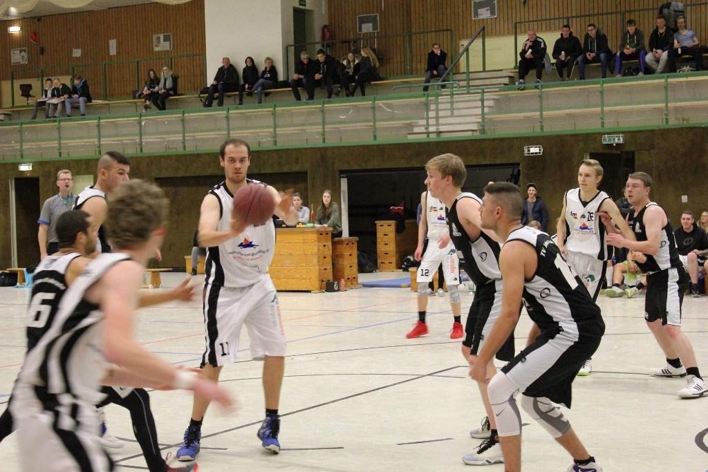 WE 04.03.2017 / Spielbericht Herren II / Daniel Klatt (mit Ball) steuerte 12 Punkte bei