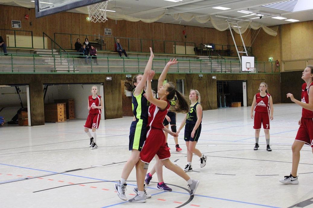WE 11.03.2017 / Spielbericht wU17 / Friedrike Spindler (rotes Trikot-rechts direkt an der Gegenspielerin) kann sich hier zum Korb durchsetzen