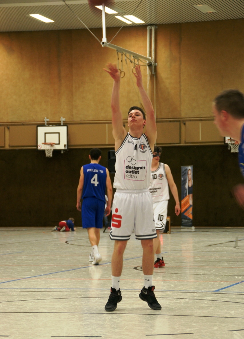 WE 25.03.2017 / Spielbericht Heimspiel Heide Knights / Jan-Lukas Villette beim Freiwurf