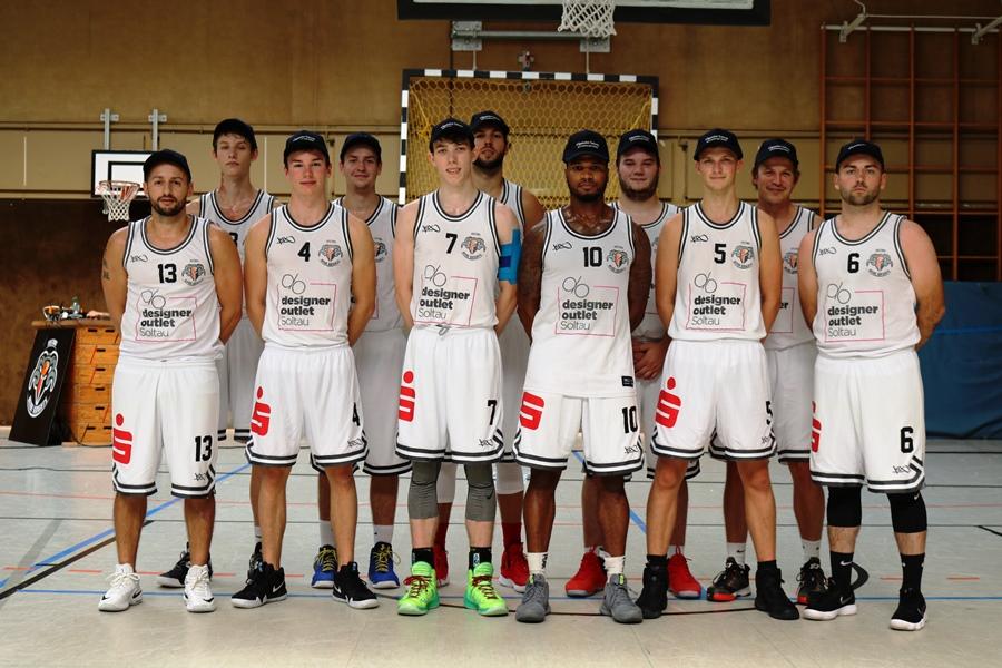 WE 01.09.18 / Heide Basketball Cup / Mannschaftsfoto mit Cappy AZ