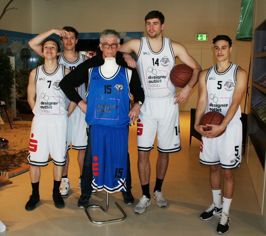 08.04.2017 / Besuch des Hauptsponsors Designer Outlet Soltau mit den Heide Knights und seinen Fans