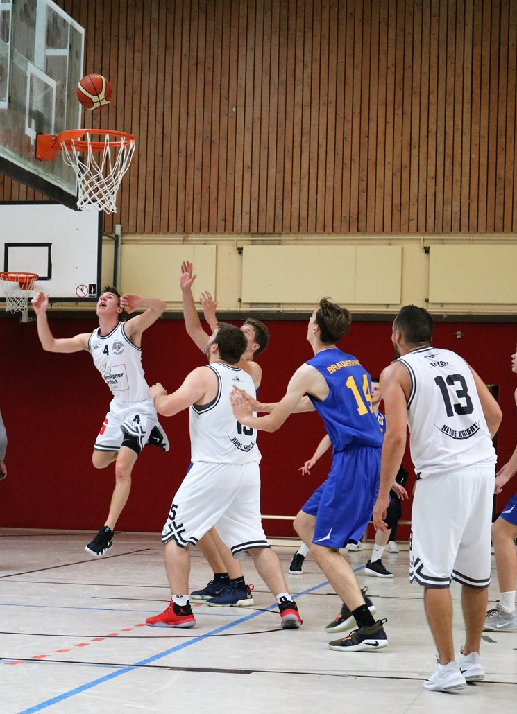 WE 01.09.18 / Heide Basketball Cup / Jan-Lukas Villette fliegt spektakulär zum Korb
