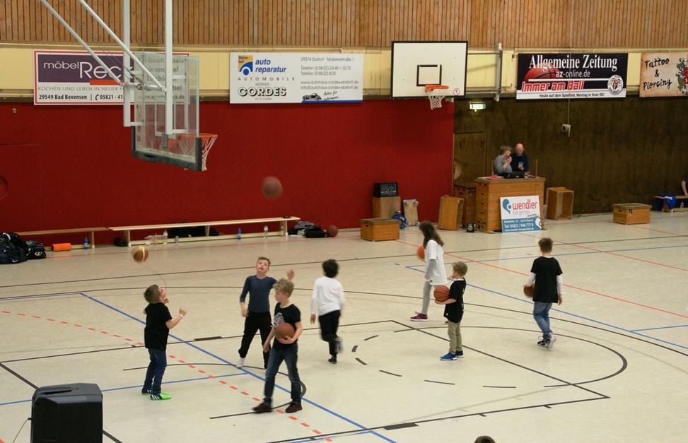 WE 08.04.2017 / Spielbericht Heimspiel Heide Knights / Der Basketballnachwuchs übt fleißig in der Halbzeitpause