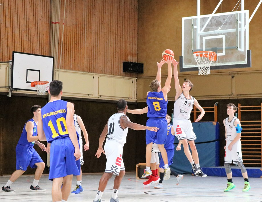 WE 01.09.18 / Heide Basketball Cup / Jonas Homa springt in der Defence am Höchsten