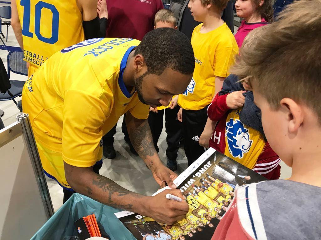 12.04.2017: Spalierstehen beim Bundesligaspiel / Nach dem Spiel wurden fleißig Autogramme gesammelt