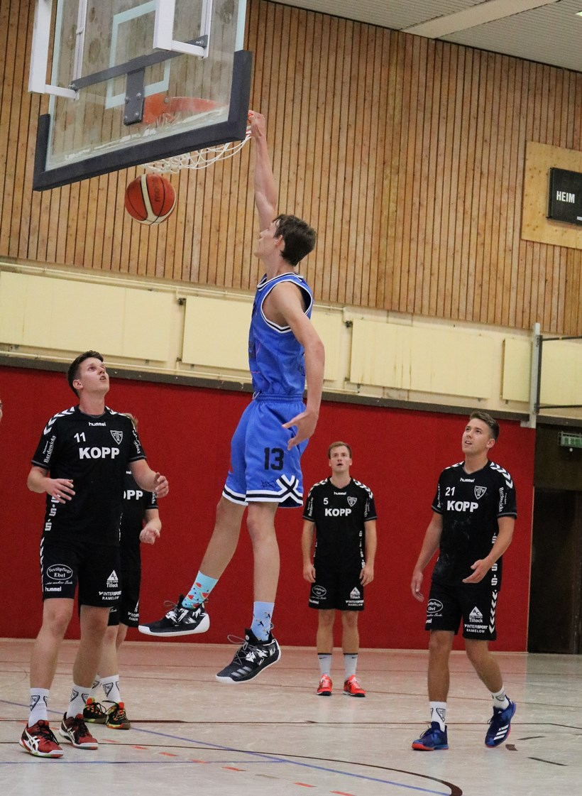 WE 11.08.2018 / Bericht Black Owls vs. Heide Knights / Jonas Homa beim Dunking