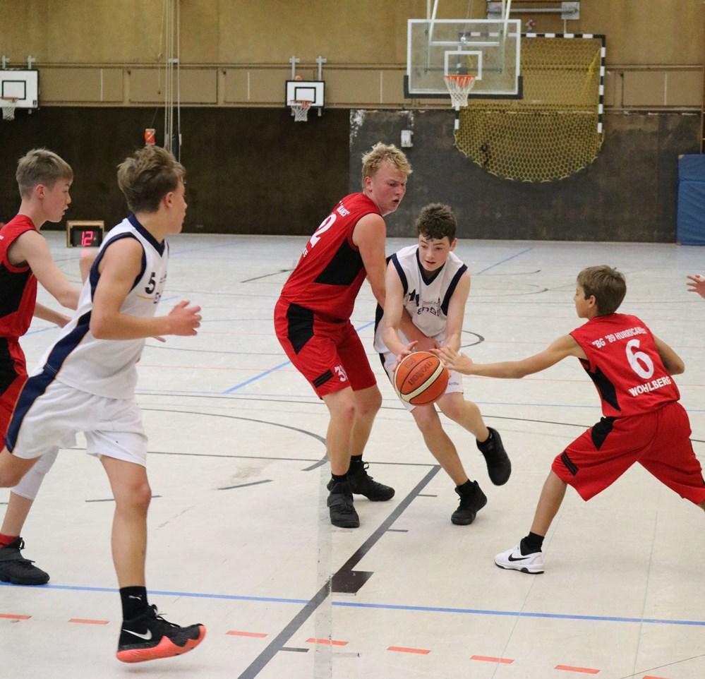 WE 27.10.18 / Spielbericht mU16 / Jonas Hünecke (hier am Ball) und Titus von Meltzing konnten sich gegen die Uelzen Baskets durchsetzen