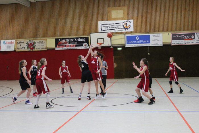WE 14.01.2017 / Spielbericht wU17 / Jump – Spielbeginn – die Spieleröffnung gewann Ebstorf (rote Trikots)