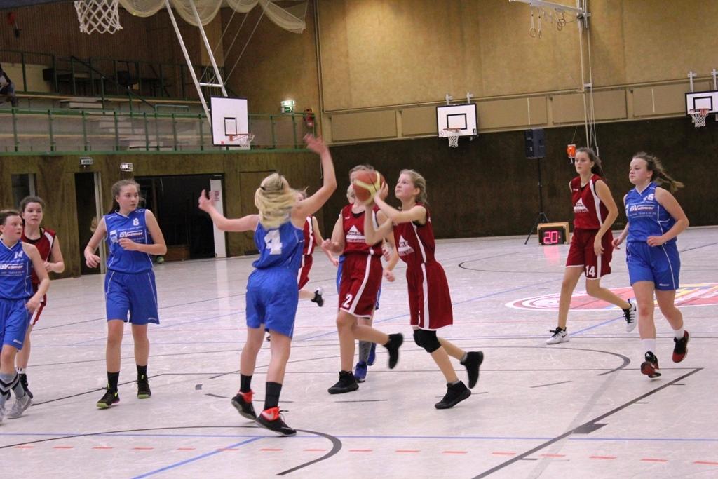 """WE 21.01.2017 / Spielbericht wU15 / Aenne Knobling (am Ball), rechts Katharina Homp (Nr. 14) – gehören zu den fairsten Spielerinnen der Liga und wurden """"höchst seltsam"""" rausgepfiffen"""