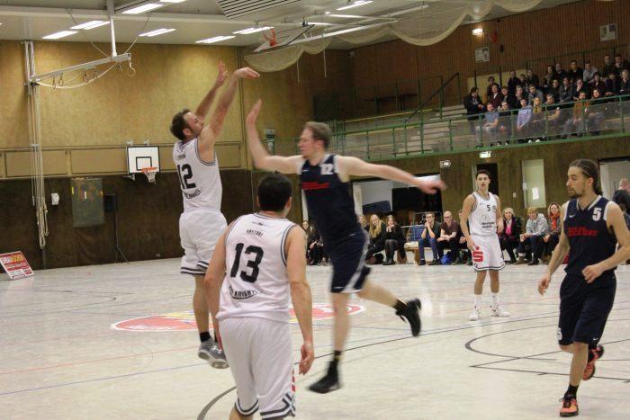 WE 28.01.2017 / Vorbericht Heide Knights / Frithjof Dueholm mit Wurf von außen – ganz wichtige Körbe auch beim Auswärtsspiel