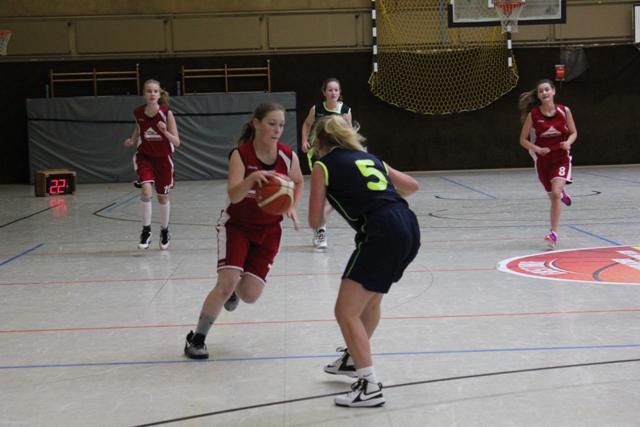WE 20.11.2016 / Spielbericht U17w / Johanna Neuwirth (rotes Trikot) beim Dribbling