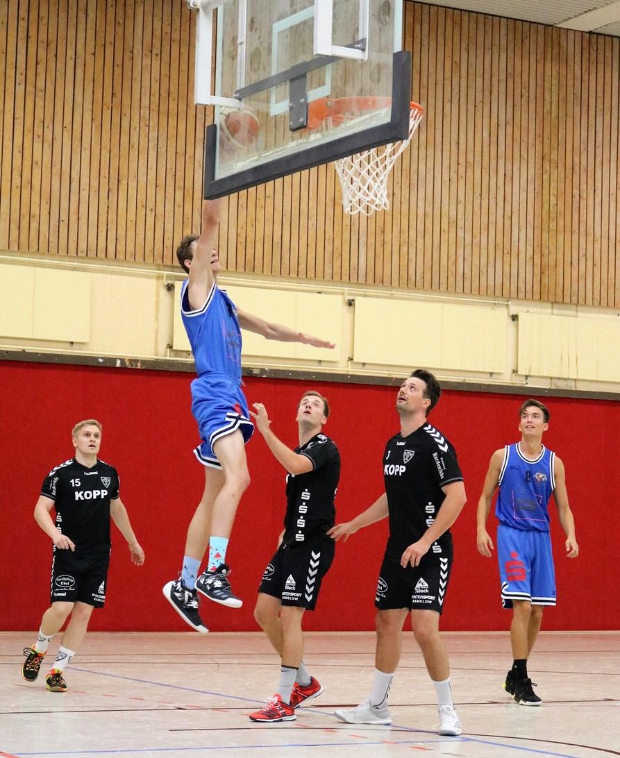 WE 11.08.2018 / Bericht Black Owls vs. Heide Knights / Jonas Homa steigt hoch - die Handballer können nur noch zusehen