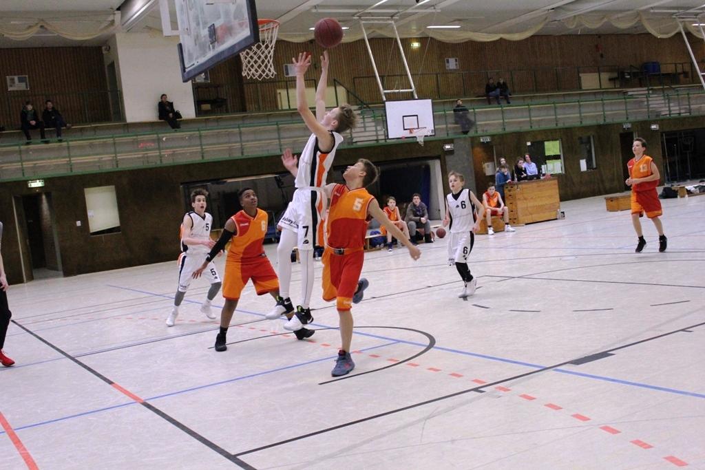 WE 04.02.2017 / Spielbericht U16 / Sven Katenkamp (weiß-Nr. 7) beim Korbleger