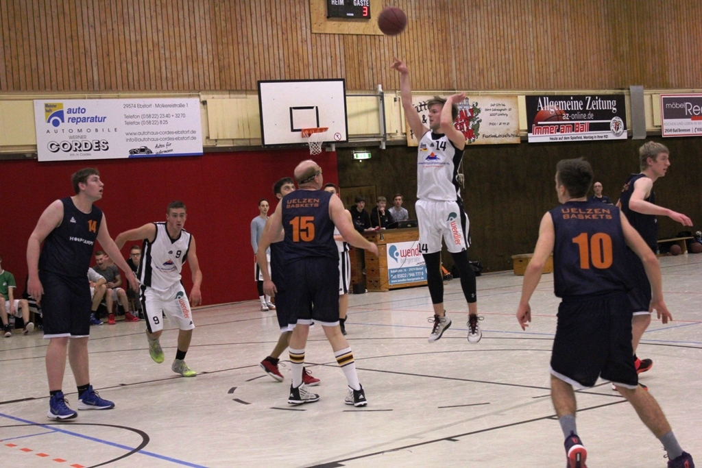 WE 04.02.2017 / Spielbericht Herren II / Lucas Hendriscke (weiß-Nr. 14) steuerte 12 Punkte bei