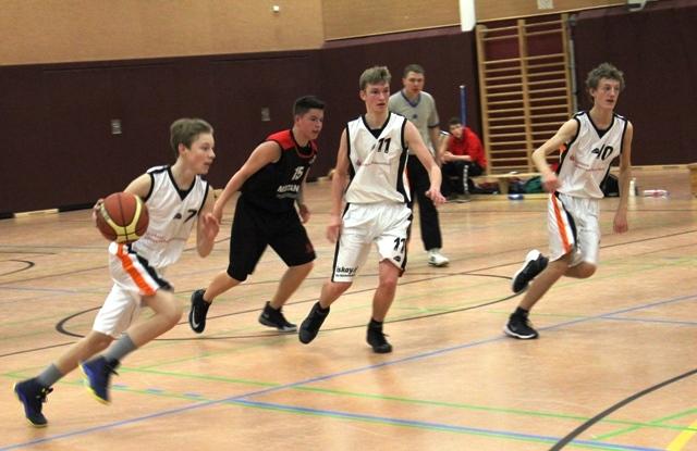 WE 20.11.2016 / Spielbericht U16 / Schnellangriff der Ebstorfer Mannschaft (weiße Trikots)