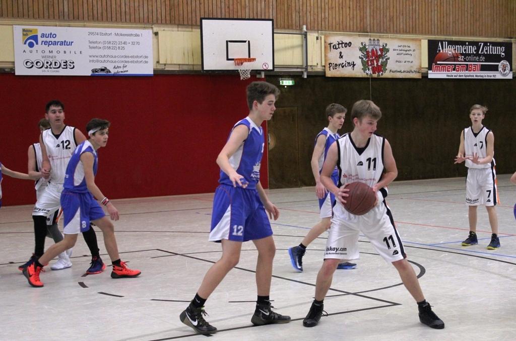 WE 11.02.2017 / Spielbericht U16 / Daniel Bischoff am Ball, Sven Katenkamp (Nr. 7) und Fuad Hagjoviq (Nr. 12) im Zusammenspiel