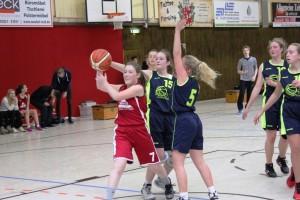 WE 04.03.2017 / Spielbericht wU17 / Johanna Neuwirth (rot Nr. 7) leistete in der Defense ganze Arbeit