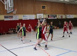 WE 04.03.2017 / Spielbericht wU17 / Keine Chance zum Korb zu ziehen (Ebstorf in rot)