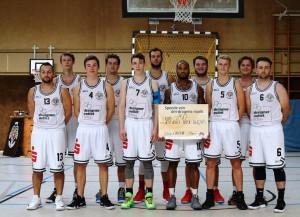 WE 01.09.18 / Heide Basketball Cup / Mannschaftsfoto - Uebergabe vom Sponsor dm