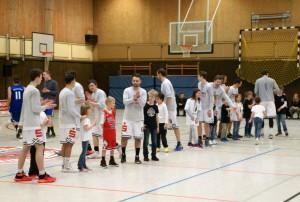 WE 08.04.2017 / Spielbericht Heimspiel Heide Knights / Der Nachwuchs beim Einlaufen mit den Heide Knights