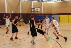 WE 03.12.2016 / Vorbericht U16 / Daniel Bischoff (Nr. 11 ) dribbelt am Gegenspieler vorbei