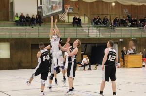 WE 04.12.2016 / Spielbericht Herren II / Wenzel Wittersheim (weiß Nr. 16) setzt sich gegen drei Gegenspieler durch