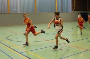 WE 10.12.2016 / Vorbericht U16 / Gabriel Hubrich (mit Ball) im Sprint zum Korb