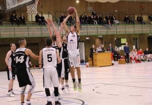 WE 17.12.2016 / Vorbericht U18 / Konstantin Hanusa (weiß Nr. 9) wird auch im Doppeleinsatz -U18 und Herren II- sein