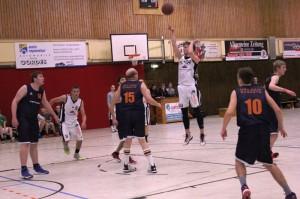 WE 18.12.2016 / Spielbericht Herren II / Lucas Hendrischke beim Distanzwurf - Konstantin Hanusa (weiß Nr. 9) startet zum Korb