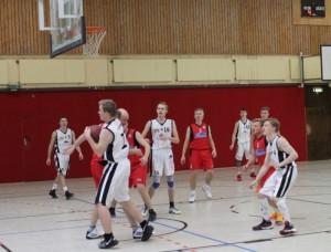 WE 21.01.2017 / Vorbericht Herren II / Jan Alms (weißes Trikot) erkämpft sich den Ball von seinem Gegenspieler