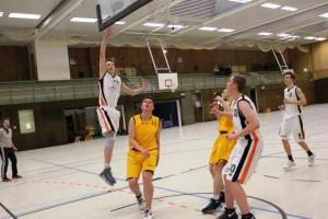 WE 21.01.2017 / Spielbericht U18 / Jonas Homa steigt hoch und punktet – rechts Jan Alms und Moritz Kopp