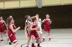 WE 04.02.2017 / Vorbericht wU15 / Katharina Homp (weiß-Nr. 15) mit robuster Verteidigung
