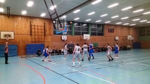 WE 04.02.2017 / Spielbericht Auswärtsspiel Heide Knights / Die Knights (blaue Trikots) im Angriff – mit Korberfolg