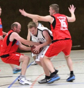 WE 18.02.2017 / Spielbericht Herren II / Mit großem Einsatz erkämpft sich Jan Alms (weiß-Nr. 11) den Ball