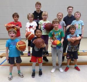 Die neu gegründete Basketball-Kindergartengruppe mit ihren Coaches