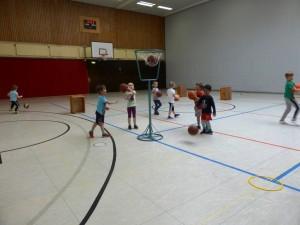 """Die neu gegründete Basketball-Kindergartengruppe: Beim Spielen – sogar schon mit ersten """"Korberfolgen"""""""